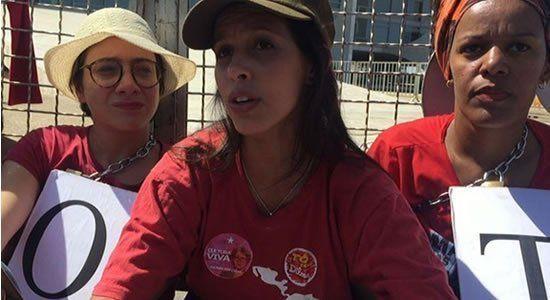 Mulher viaja 60 horas para apoiar Lula, perde emprego e pede doações para voltar para casa